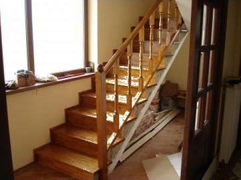 Scara interioara placata cu elemente din lemn