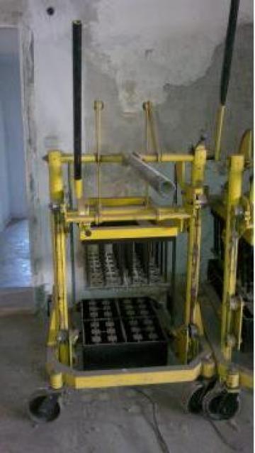 Masina manuala mobila pentru fabricat boltari de la Rsk Building