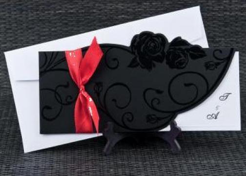Invitatie de nunta carton negru cu funda rosie de la www.invitatii-nunta-mea.ro