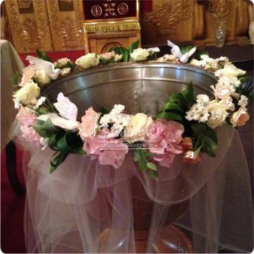 Aranjament pentru cristelnita cu flori si porumbei de la Simonne