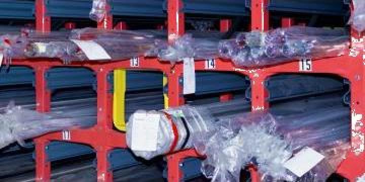 Rafturi cu role de depozitare a produselor lungi