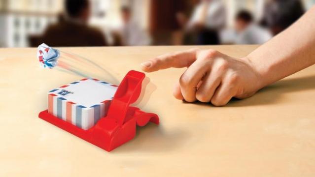 Cadou catapulta distractiva pentru birou Air mail de la Plasma Trade Srl (happymax.ro)