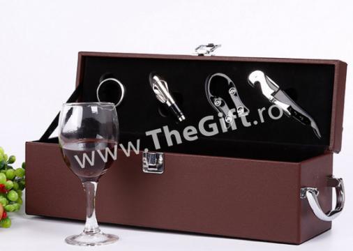 Cutie din piele pentru vin, cu 4 accesorii de la Thegift.ro - Cadouri Online
