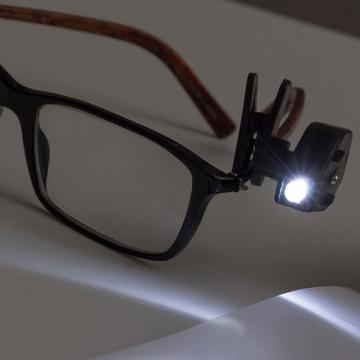 Lampa de citit pentru ochelari cu clips de prindere de la Plasma Trade Srl (happymax.ro)