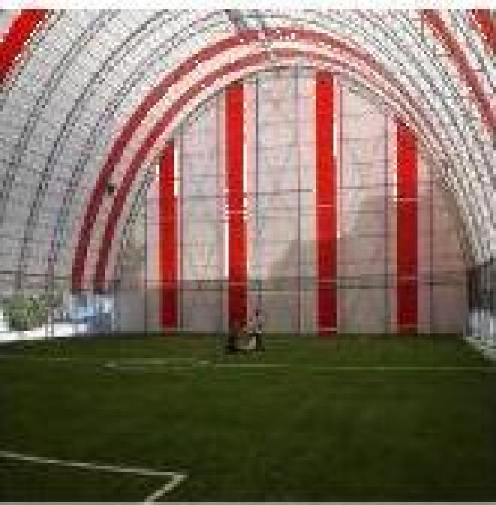 Structura pe arce metalice pentru acoperire teren sport